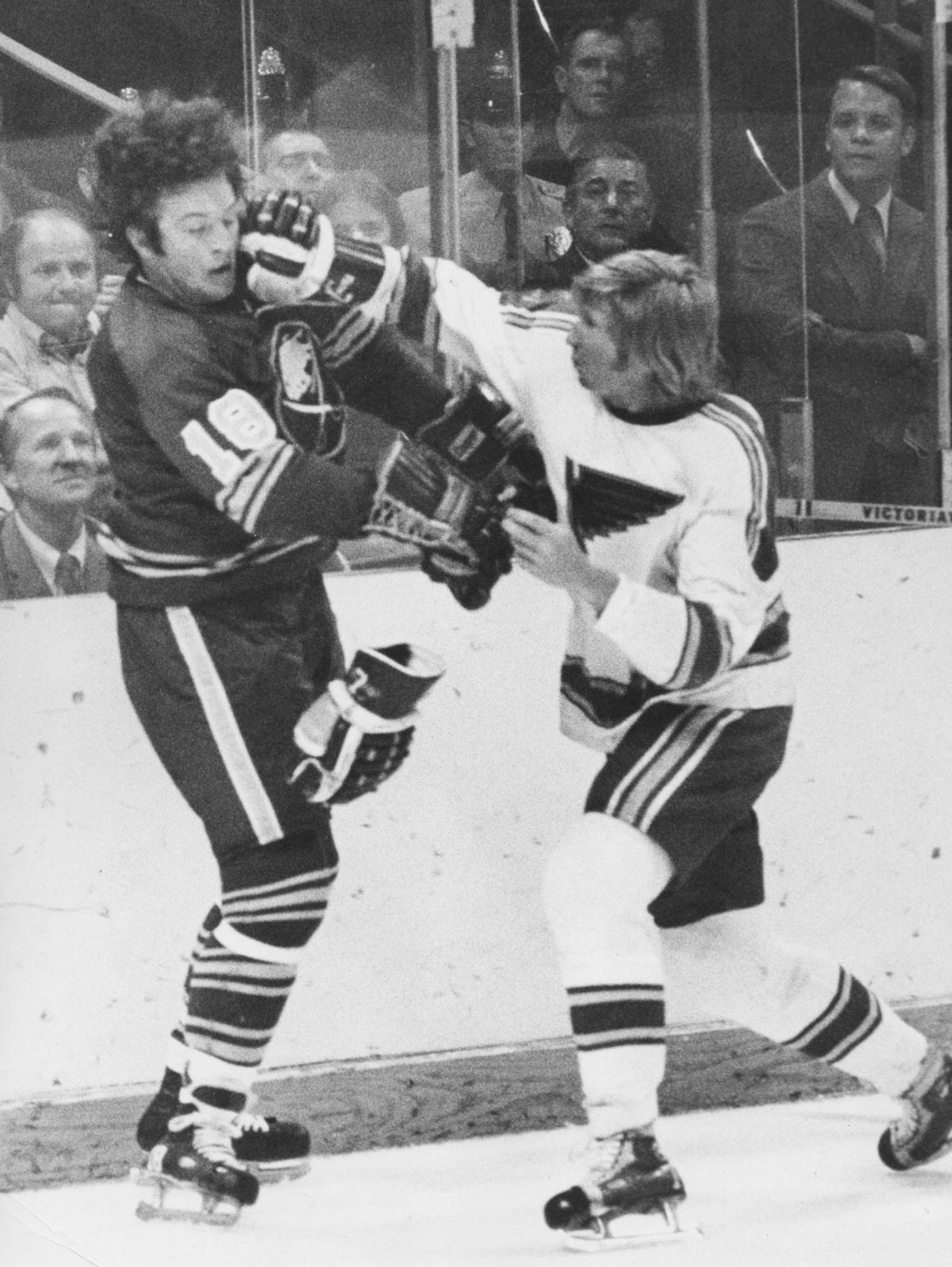 image - Garry Unger fighting during a 1971 game